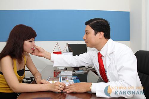 Bác sĩ thăm khám và tư vấn cho khách hàng trước khi điều trị