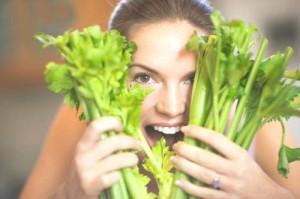 """""""Tự chế"""" thuốc trị nám với rau cần tây ngay tại nhà"""