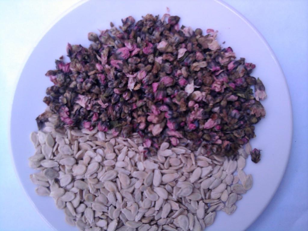 Cách trị thâm nám trên da mặt tự nhiên từ hoa đào và hạt bí đao
